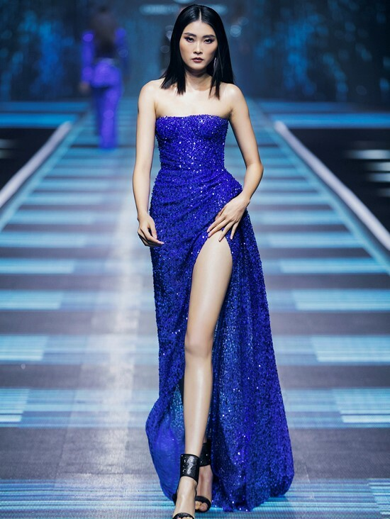 According to Phong, who decided to become a fashion designer in 2010, cobalt blue is a royal color and reminds people of the dresses in fairy tales. Last November, American standardized color matching system Pantone picked classic blue the color of 2020, describing it as the color of a dusk-sky.