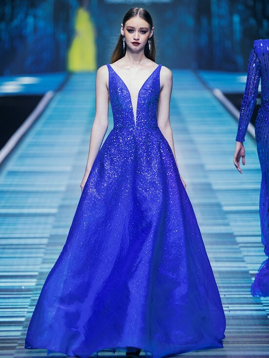 Chung Thanh Phong has always wanted his models girlish and unique. The blue gown with a low V cut is such an evidence for the concept he pursued for years.