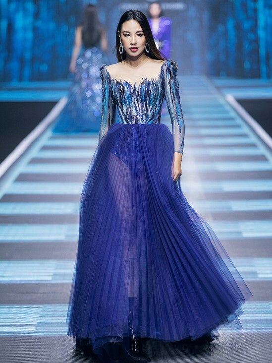 The designer opts for many shades of blue with varied materials, from tulle to metalic fabric.