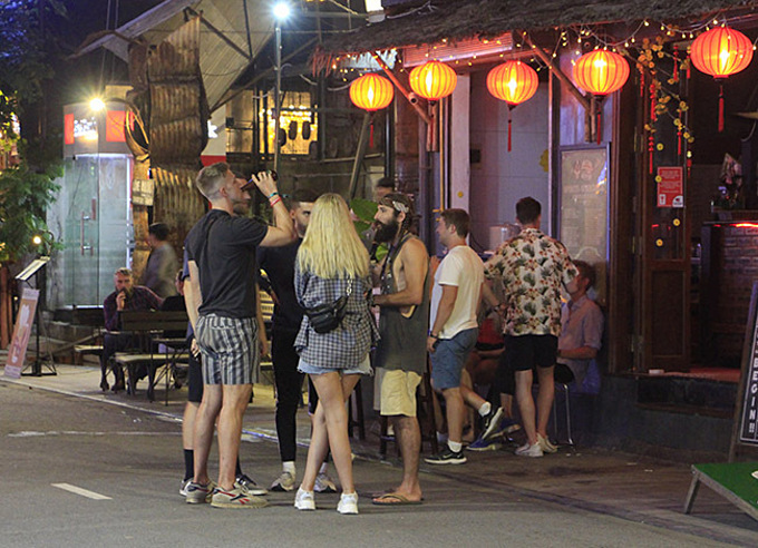 Foreign tourists convene for a chat on a walking street in Hue City. Photo by VnExpress/Vo Thanh.
