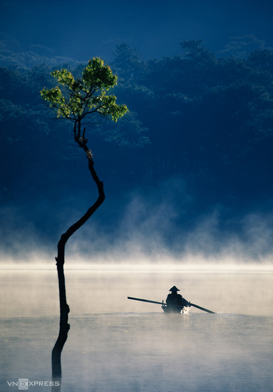 Saigon photographer Nguyen Tan Tuan names this picture Ngay moi tren ho Tuyen Lam or A new day on Tuyen Lam Lake.