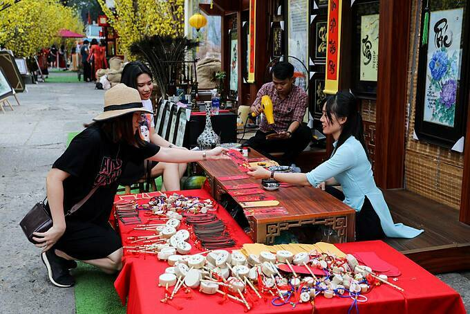 According to the calligraphers, many people will ask for letters after the offerings are made to the Kitchen God on the 23rd of the last lunar month (January 17 this year). The street will open until January 29.