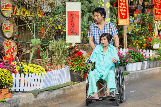Since the flowery path's introduction, Le Van Thanh took his wife out for a walk here every day. I have taken care of my wife in the hospital for 2 months. I'm not sure if doctors would let us go home for the holiday, but even if we have to stay, I feel much less homesick with Tet's spirit all over the place. Doctors here have been very friendly to us, he said.