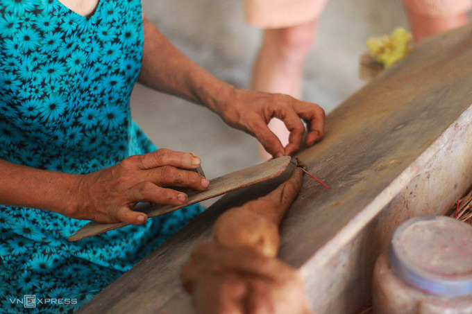 Currently, households still make handmade incense to serve tourism. Visitors will have the opportunity to witness the process of creating traditional incense sticks and be instructed to make the product themselves. This experience is especially appealing to international visitors.