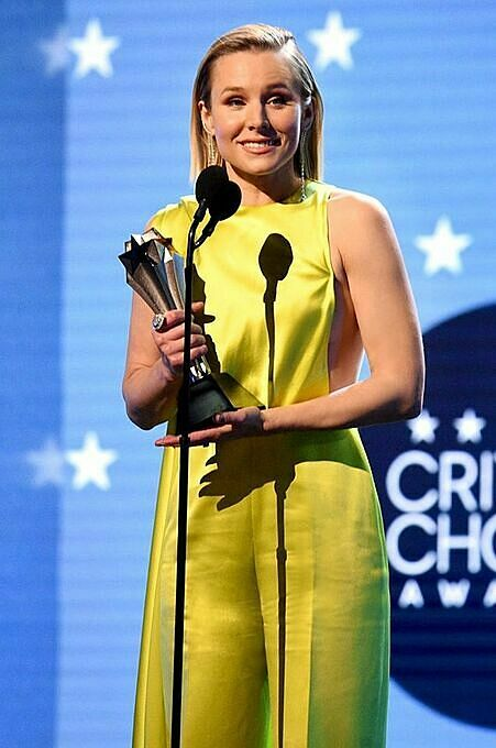 Kristen Bell wears Cong Tri dress at the 2020 Critics' Choice Awards. Photo by Facebook/Cong Tri.