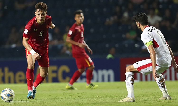 Nguyen Duc Chien is great at defending, but cannot be a playmaker. Photo by VnExpress/Duc Dong.