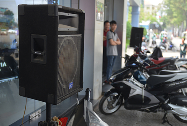 A loudspeaker is placed in front of a shop in District 1, HCMC. Photo by VnExpress/Son Hoa