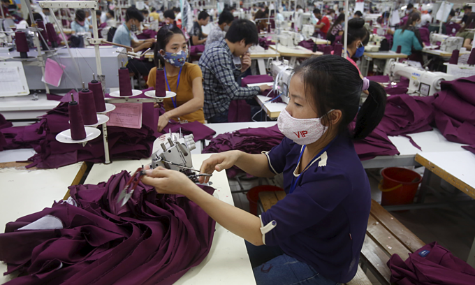 In textile industry, most works only require low-quality labours. Photo by Reuters.