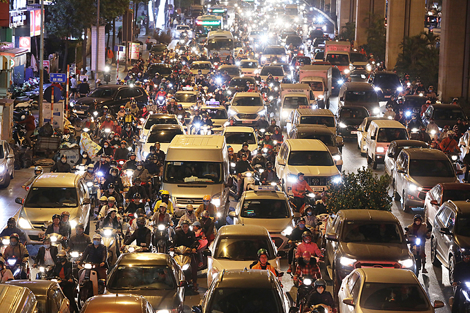 The situation hadnt improved on Tran Phu Street in Ha Dong District, with motorbike drivers struggling to hustle admist the flow.The city of 7.5 million has around seven million vehicles, with two million more coming in from other places. Needless to say, severe traffic congestion during rush hour has long been a problem.