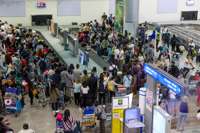 According to the airports staff, the number of passangers and their families has been significantly increasing since two weeks before Tet, which fall next week. Peak hour at the airport is at noon and night.The number of passengers per day is expected to average 130,000 during the month, 10,500 more than last year.