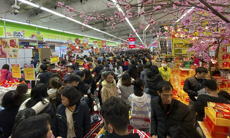 A corner of the supermarket on Tran Duy Hung Street in Cau Giay District, 9 p.m. on Saturday.