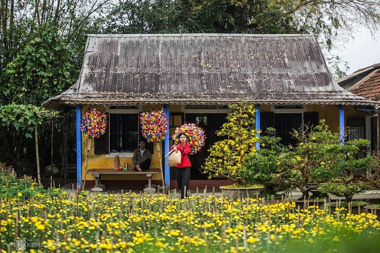 Locals make two types of paper flowers - multicolored varieties of various floral species and lotus flowers. Both are used for worship and as home decorations, apart from being sold as souvenirs to visitors.