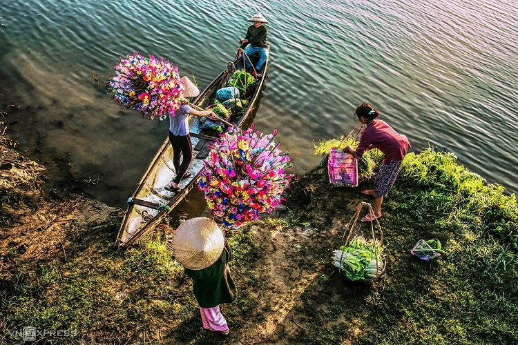 Villagers start selling the paper flowers from January (mid-December on the lunar calendar).