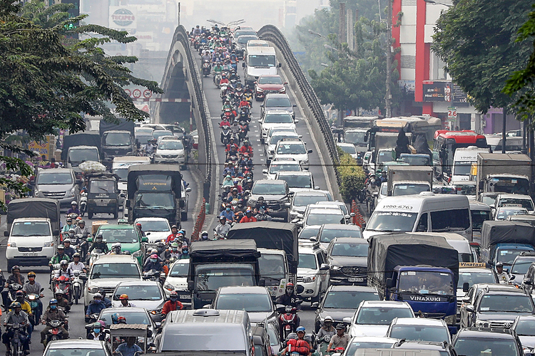 At the Hoang Hoa Tham - Cong Hoa overpass area in Tan Binh District near Tan Son Nhat Airport, long lines of vehicles are jammed for more than 2 km.Tet, or the Lunar New Year holiday, will peak this Saturday, and is Vietnams biggest and most important holiday. It is also a major occasion for family reunions.