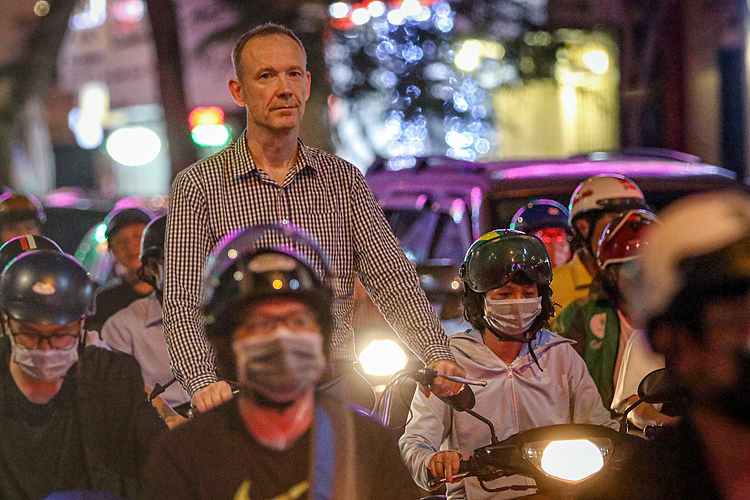 A foreign man riding a bicycle could not escape the traffic crowd on Ly Tu Trong Street in District 1.