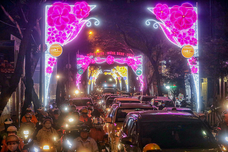 Cars and motorbikes were stuck for more than a kilometer on Nam Ky Khoi Nghia Street in District 1, which was put up with Tet decorations.