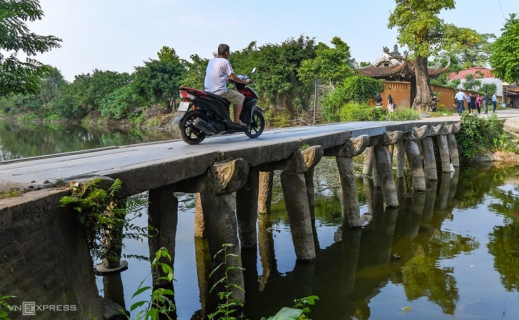 To reach Nom pagoda you need to cross a stone bridge with nine piles with dragon heads that is over 200 years old. It is the only stone bridge over the Nguyet Duc River left in Hung Yen.