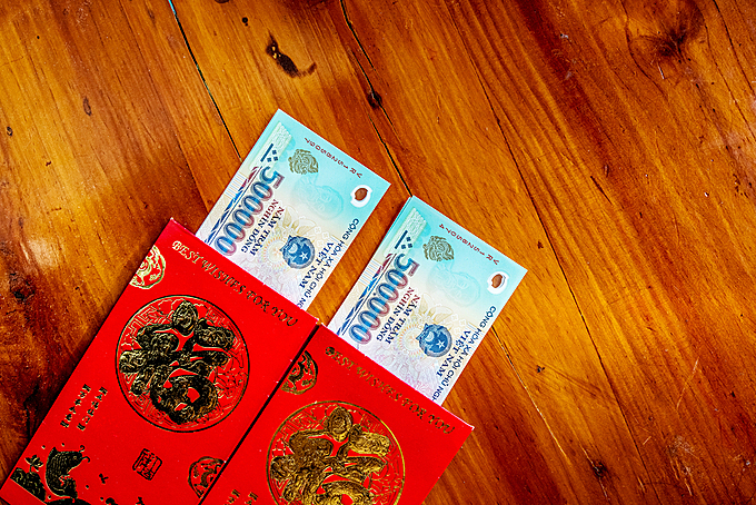 It is an indispensable tradition to offer lucky money during Tet. Photo by Shutterstock/Nguyen Quang Ngoc Tonkin.
