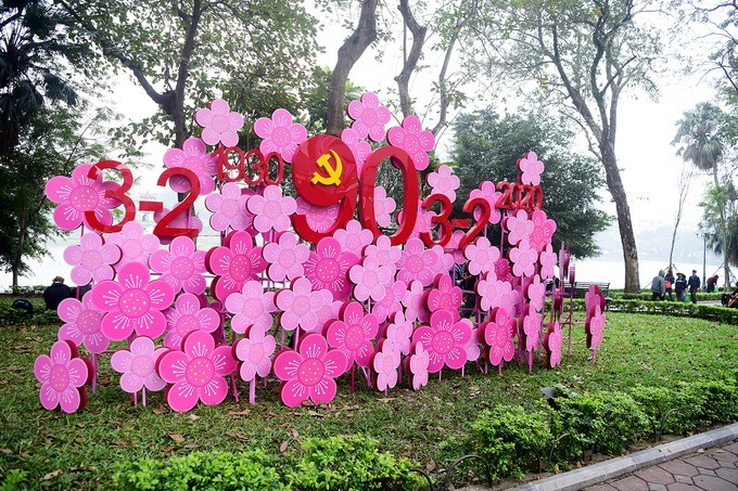 A decorative model mimicking the peach blossoms is placed on Le Thai To Street.