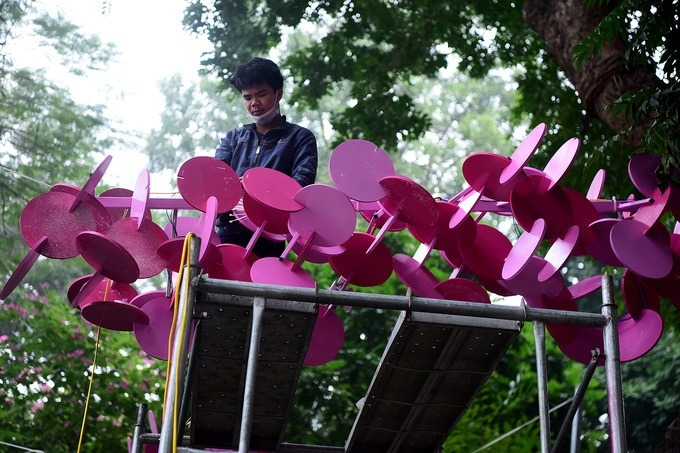 A decorative model mimicking clouds is placed on Hang Khay Street.