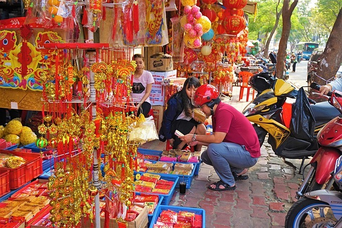 A man inspects Tet decorations at Thiec Market in District 11. Photo by VnExpress/Nguyen Quy