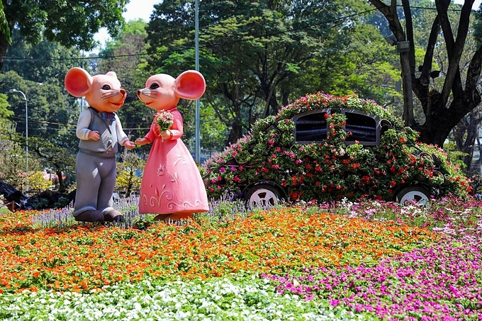 A scene of the festival is decorated by the image of a couple mices wedding, surrounded by colorful flowers. This is the citys largest spring flower festival. For the Year of the Rat, the image of the zodiac animal will be displayed all corners of the festival.