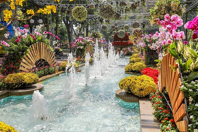 A lake area is decorated  with colorful fresh flowers to usher in Tet atmosphere. The 40th edition of its kinds features over 4,000 ornamental plants, bonsai, rock gardens, dried trees, grafted stones, cacti, ornamental fish and various rare flowers.