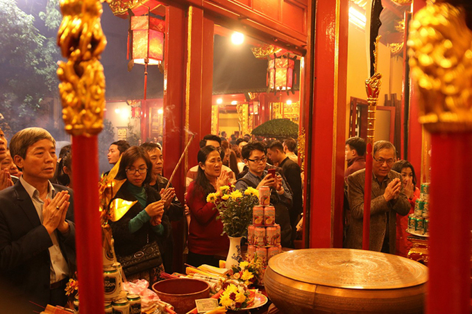 In the northern Hai Phong City, people prayed for luck and peace at a temple in the first moments of the new year. Photo by VnExpress/Giang Chinh.