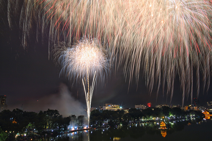 Heavy rain poured down on Hanoi on Friday evening, but it stopped just before midnight, clearing the sky for the 30 fireworks spots in the city. Photo by VnExpress/Ngoc Thanh.