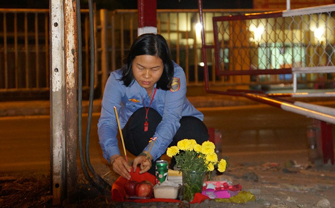 Hang, 35, a train barrier operator in Thu Duc District, set up a traditional meal to offer to her ancestors in the last day of the year. In her career of 15 years, Hang had never been reunited with her family during Tet holiday in her hometown in the northern Hung Yen Province. We could not leave our station during duty. We are not allowed to sleep either.