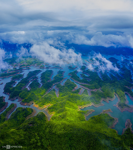 Ta Dung Lake in central Dak Nong province is still new to tourist but it's already a familiar spot for Southern photographers. Ta Dung is described as the Ha Long Bay of Central Highland with 40 big and small cays on the blue water.