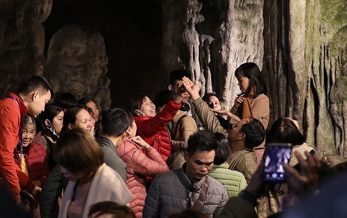 People try to catch some water that drops from the Huong Tich caves stalagmites to pray for luck for the new lunar year. The Huong Pagoda festival lasts from the sixth day of the first lunar month to the last day of the third lunar month, that is, from January 30 to April 22 this year. This is the longest Lunar New Year festival in the country.