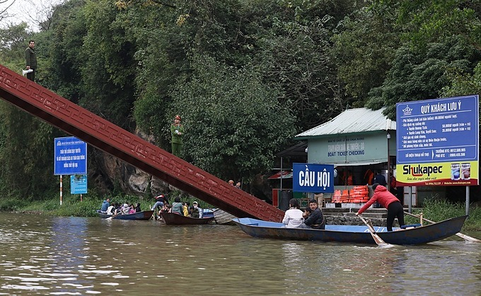 On Hoi Bridge, police and security forces continuously broadcast loudspeakers to notify boats violating traffic safety. If the boat is not fully equipped with life-jackets for visitors, boat owners will be reminded.