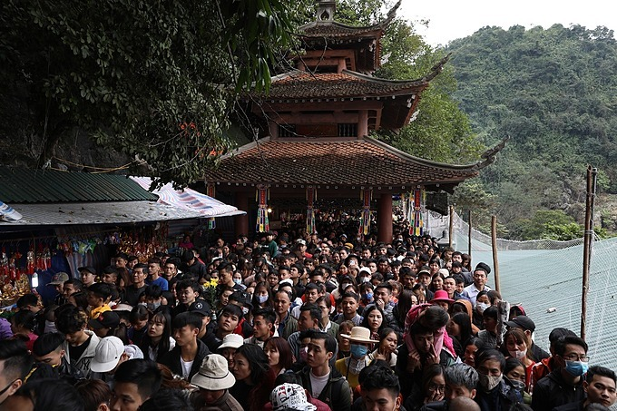 Around 100 meters from Huong Tich Cave, pilgrims move step by step. To escape from the crowds, visitors had to take nearly two hours.