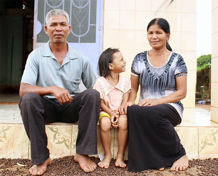 Qua sits between saviors Tuing and Hyenh. Photo by VnExpress/Diep Phan.