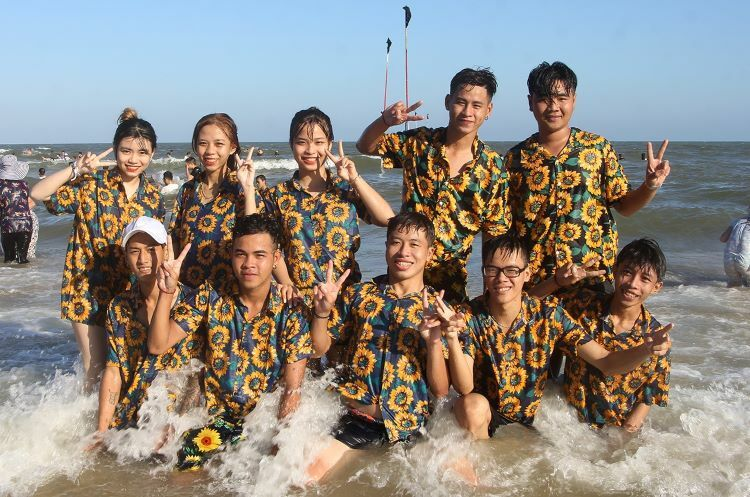 A matchy-matchy team from Dong Thap province posed for memorable snapshots on the seaside.