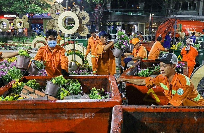 While some pots of flowers were thrown away onto garbage carts as they cannot be reused.