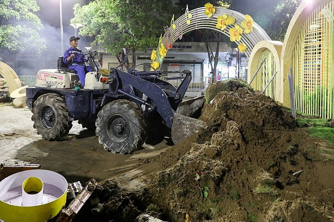 Bulldozers, excavators and trucks are mobilized to demolish the scenes after all the flowers have been cleared.