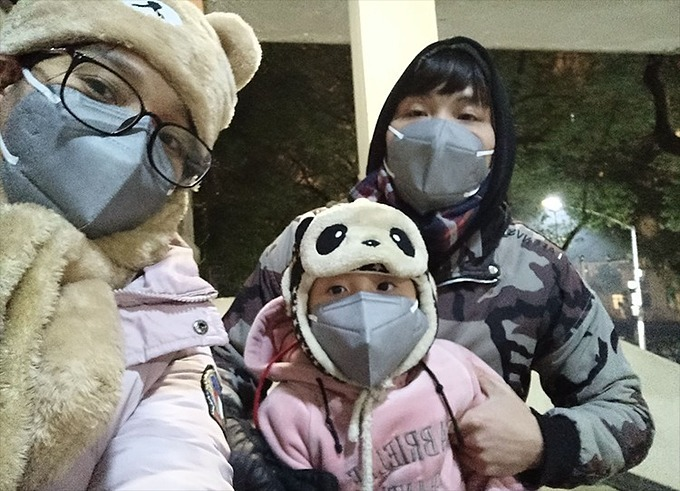The family of Tran Hoai Nhan trapped in Wuhan City wear face masks to prevent the deadly epidemic. Photo by VnExpress/Hoai Vu.