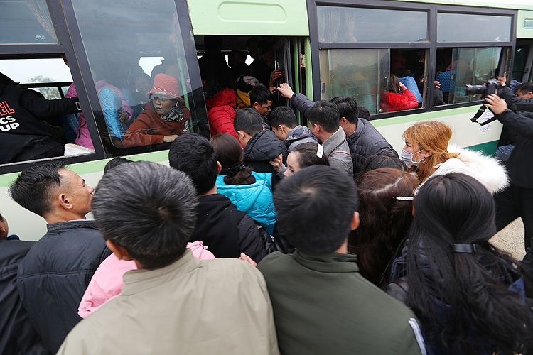 [Due to overloaded electric cars, the management board of the pagoda has mobilized nearly 100 passenger cars with 29 to 45 seats to serve pilgrims.