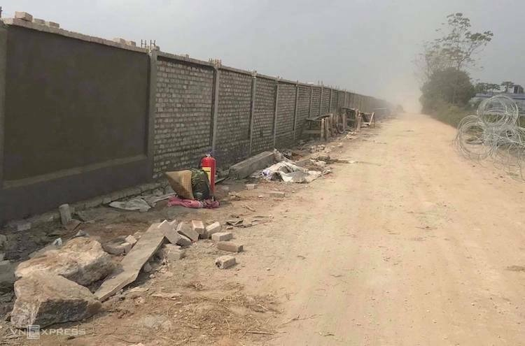The wall being built around Mieu Mon military airport in Dong Mon Commune, My Duc District, Hanoi. Photo by VnExpress.
