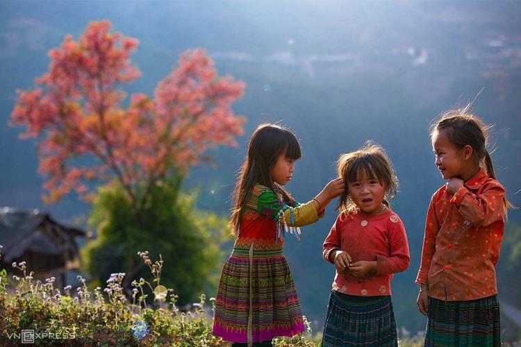 A Hmong girl picks grass from her friend's hair in Mu Cang Chai District, northern Yen Bai Province. Photo by Nguyen Huu Thong.