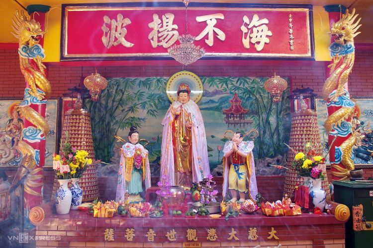 The shrine principally worships Mazu, as shown by the central position the goddess occupies at the main altar. Tutelary deity of seafarers, it is believed that the goddess casts a protective nest over fishermen, sailors, but also those going away for business. Later on, Guanyin, Chinese goddess of compassion (different variations across Asian cultures) was also worshipped at the site for luck in commerce, serenity, and health. As On Lang gradually grew into a local sanctuary, the local Chinese community called it Quan Am pagoda.The remarkable characteristic of On Lang Pagoda lies in the extensive line up of deities honored at the site. Developed over time by locals, the list currently totals around 16 Chinese Buddhist gods. Aside from sea goddess Mazu and mercy goddess Guanyin, visitors collect around two other altars, one featuring Caishen and the other Jupiter to wish for fortune and destiny, respectively.