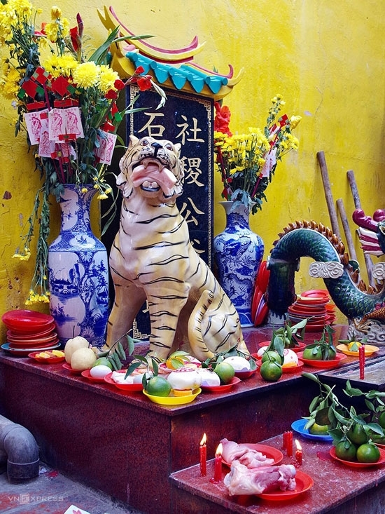 Tangerine and buns with Han terms imprinted in red like blessing, wealth, or fortune are most commonly brought to worship the gods. As part of custom, these items always come in pairs or at an odd number. Exceptionally, at the Tiger altar individuals worship with a raw, weighty chop of pork.