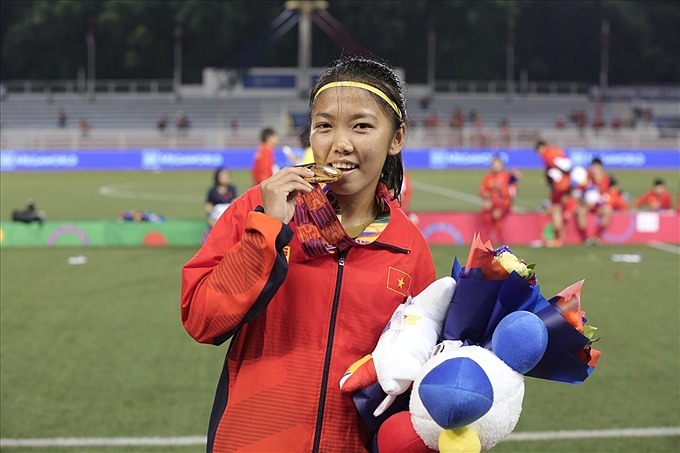 Striker Cu Thi Huynh Nhu represents the team to receive the gold medal of the 30th SEA Games after 1-0 victory against Thailand. Photo courtesy of VTV.