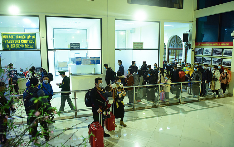 102 passengers came to board the last trip, including 95 Chinese, five Vietnamese, one French and one German.Vietnamese passport holders are encouraged not to travel out of the country and avoid going to epidemic areas.