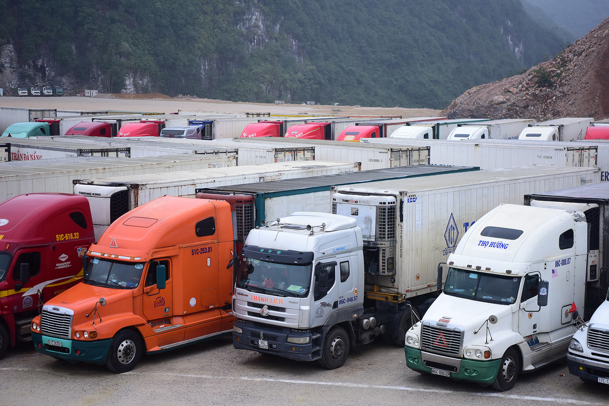 Fruit containers stuck as China border gate closes
