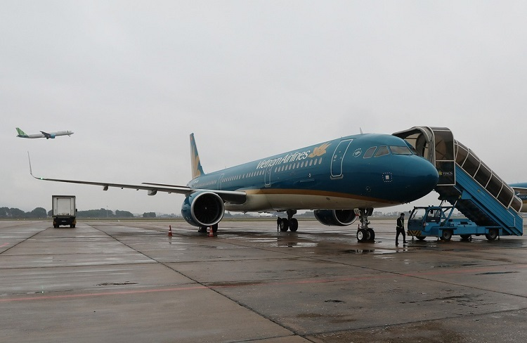 An A321 plane by Vietnam Airlines from Hong Kong to Hanois Noi Bai Airport is sanitized Tuesday. It is the 5th plane to be sanitized that day.