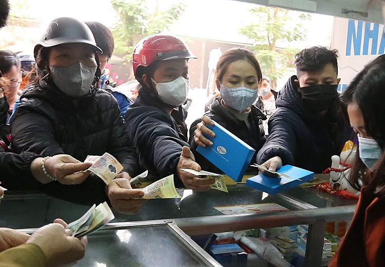People flock in to buy face masks at a drugstore in Hanoi, January 31, 2020. Photo by VnExpress/Ngoc Thanh.