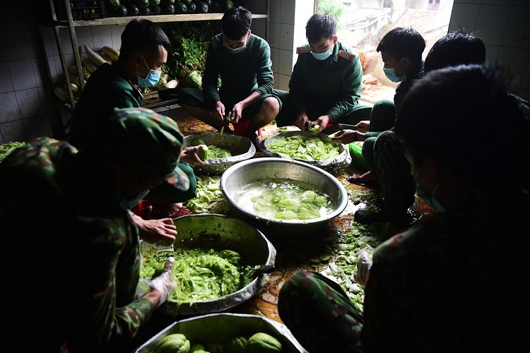 Soldiers prepare the meals for over 500 people present in Regiment 123, including 405 quarantined citizens. 70 personnel currently run the place, including personnel from the military, police and medicine.